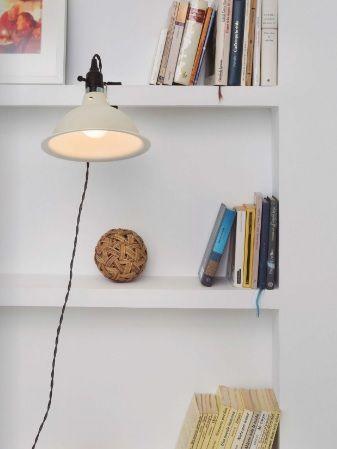 Flexos con Pinza, una opción para Iluminar Estanterías
